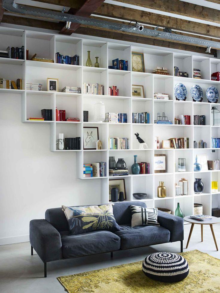 Een boekenkast, zoals deze zwevend opgehangen trapkast,