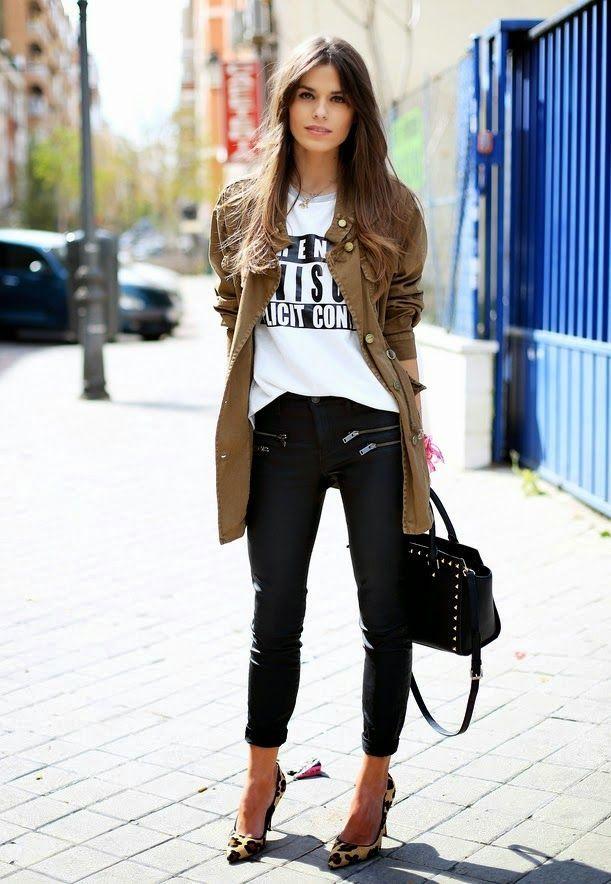 Acheter la tenue sur Lookastic:  https://lookastic.fr/mode-femme/tenues/veste-militaire-t-shirt-a-col-rond-jean-skinny-escarpins-sac-fourre-tout/5642  — T-shirt à col rond imprimé blanc et noir  — Veste militaire brune  — Jean skinny noir  — Sac fourre-tout en cuir à clous noir  — Escarpins en daim imprimés léopard bruns clairs
