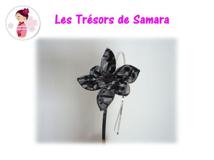 Serre-tête en métal argenté avec une fleur en coton noir à fleur grises et un coeur en bouton noir sur le côté.  Accessoire assorti à la jupe Dahlia Noir !  Tarifs : 5€ + fdp