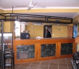 CI32374 - Claromecó - Pcia de Buenos Aires. Tipo: Fondo de comercio pizzeria + propiedad Venta de fondo de comercio + propiedad. Sup. cub.: 352 mts2 - Terreno: 480 Mts2. Ubicado en el centro, a 50 mts de la avenida principal y a 100 mts de la playa. La venta incluye la casa y depósito. Salón para 110 personas y 50 en la vereda. 2 heladeras mostrador, 2 hornos, anafe, amasadora, sobadora, moldes, vajilla completa para 150 personas