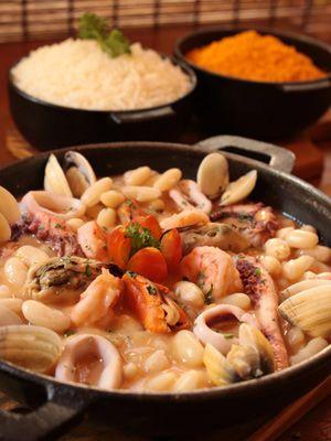 Feijoada de Frutos do Mar é feita com feijão branco (Foto: Divulgação/Nomangue)