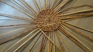 "Beginner Basket Weaving Techniques. How to weave a ""spider"" http://ithkilgaa.blogspot.ca/2012/02/how-to-weave-spider.html"