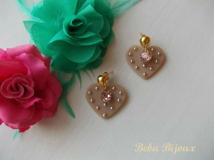 Cuore in resina beige con borchie 3 mm color oro chiaro. Perno color oro 9 mm , Nickel Free. Pendente porta strass Vintage Rose.