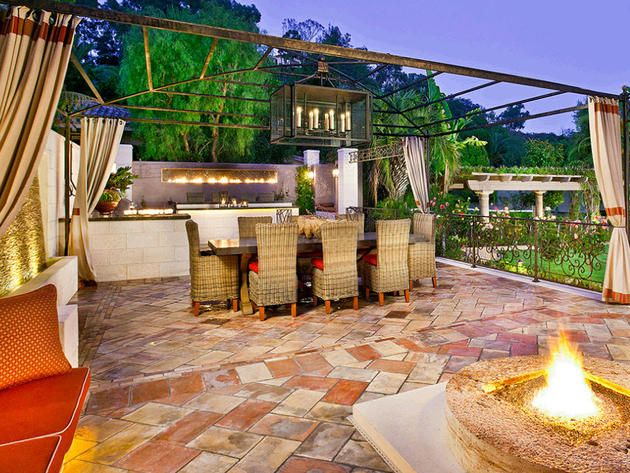 Outdoor Kitchen & Dining Area
