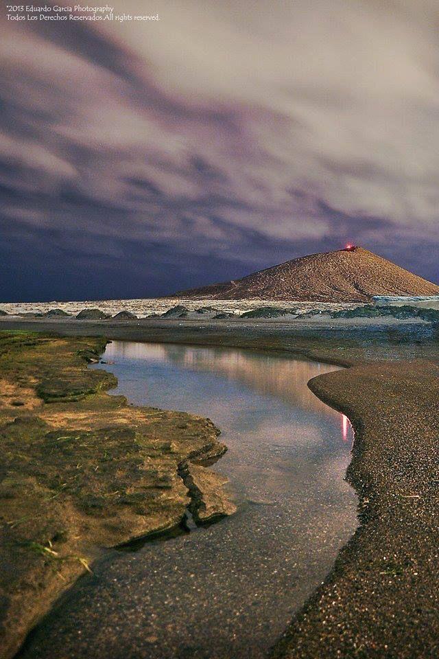 Reserva Natural Especial de Montaña Roja, un espacio natural de 166 hectáreas, formado por un paisaje arenoso con una zona concreta de dunas y donde sobresale  el cono volcánico de Montaña Roja de 171 metros de altura sobre el nivel del mar. El Médano, Isla de Tenerife, Canarias, España.