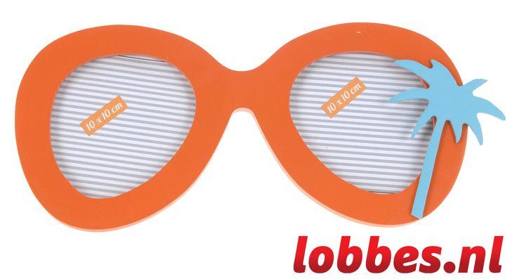 Met dit fotolijstje belandt u meteen in tropische sferen! De zonnebril is van hout gemaakt en heeft een palmboom aan de zijkant als decoratie. In de fotolijst kunnen twee foto's van ongeveer 10 bij 10 centimeter gevoegd worden. De fotolijst heeft een standaard zodat hij kan staan, maar hij is ook op te hangen aan de twee haakjes aan de achterkant. Geniet na van uw mooiste vakantiefoto's met deze vrolijk oranje zonnebril!