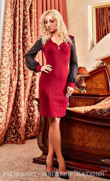 Соблазнительное осеннее платье специально для девушек занимающих руководящие должности. Идеально подходит для офисной работы и повседневной городской жизни. Отличается яркой и необычной расцветкой. Расцветка платья – марсала, рукава – чёрные. Фасон полуприлегающий с V-образным вырезом горловины. На