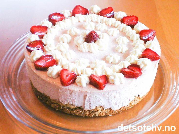 Dette er en SKJØNN iskake som du absolutt ikke bør gå glipp av! Kaken består av mild jordbærfløteis og en nydelig bunn laget av grovt hakkede hasselnøtter. Til fest kan du pynte med pisket krem og jordbær, men kaken er like god om du dropper pynten.