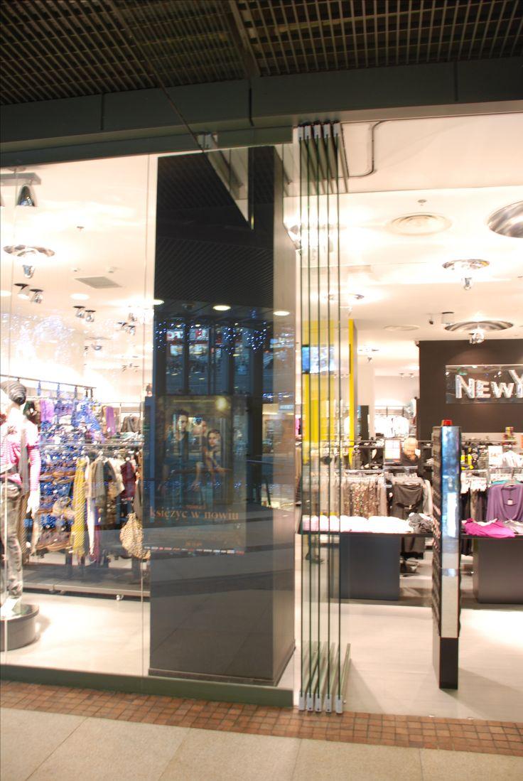 Slide and fold system are often used as entry to the sales salons. An example of this is the Cuprum shopping center, in which our SLF300 system was used. | Systemy składano - przesuwne wykorzystywane są często jako wejścia do salonów sprzedażowych. Przykładem tego jest centrum handlowe Cuprum, w którym wykorzystano nasz system SLF300. / Glass fittings: CDA Poland | Okucia do szkła: CDA Polska