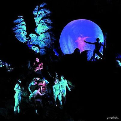 """Dantes """"Göttliche Komödie"""" einmal anders? In der Grotte di Castellana in Apulien könnt ihr in einzigartiger Naturkulisse eine großartige Aufführung aus Tanz, Gesang und Lichtspielen erleben! HELL IN THE CAVE wird ganzjährig von der Region Apulien gesponsert und ist eine atemberaubende Interpretation von Dantes Inferno.   #EntdeckeItalien #IlikeItaly #IloveItaly   © Regione Puglia"""
