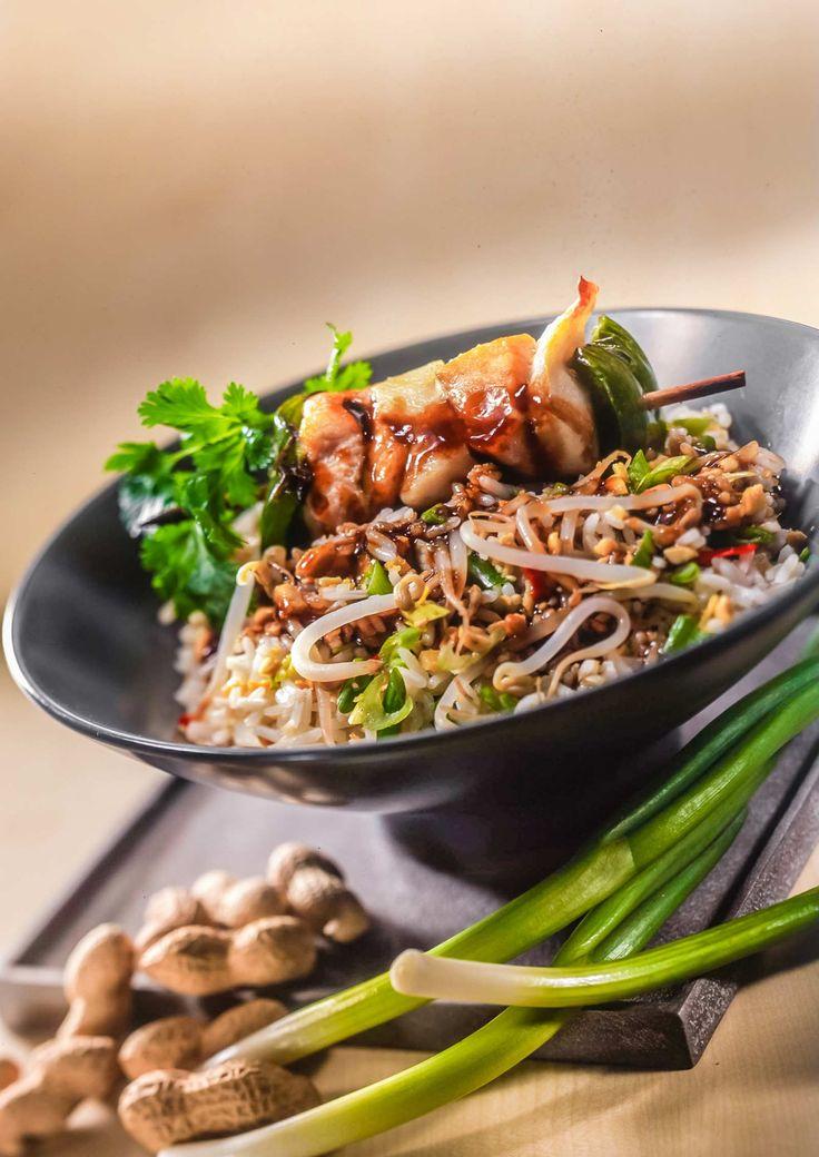 Gebakken rijst met soja en teriyaki brochettes