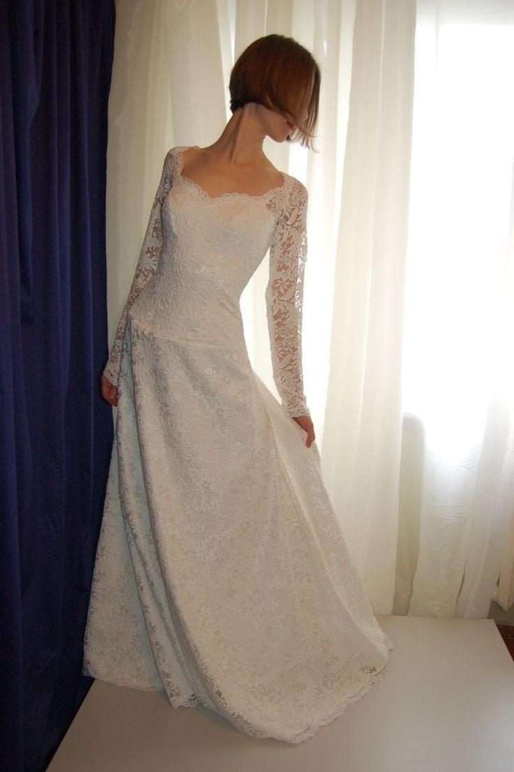 Свадебное платье из хлопкового кружева А- силуэта, корсет на шнуровке, длинный кружевной облегающий рукав, юбка трапеция с фигурным краем.