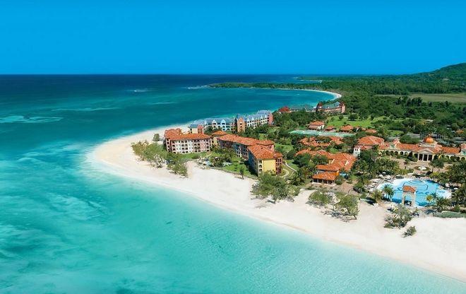 A Jamaica é um país situado no mar do Caribe, é a terceira maior ilha das Grandes Antilhas e o quinto maior país insular, impressiona seus visitantes com suas montanhas e os mais de 120 rios, além das encantadoras cascatas e suas praias de areia branca.
