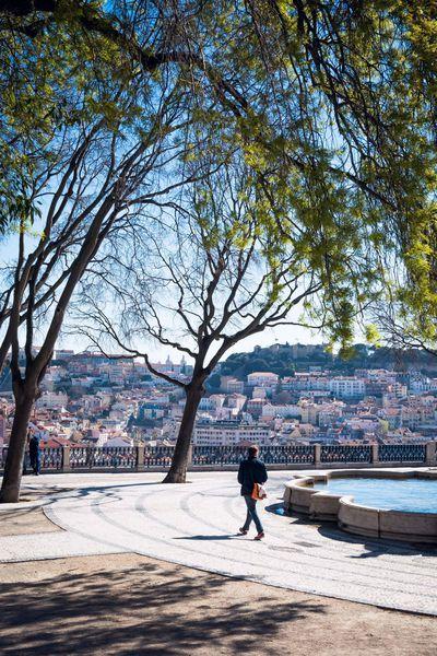 Depuis le belvédère d'Alcantara, en haut du Bairro Alto, le regard embrasse tout le panorama de la ville.