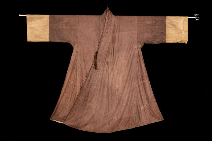 Silken jangot of the family of General Nam I-heung (1576-1627), posthumously titled Chungjang. There is more about the museum in English here: https://www.koreana.or.kr:444/months/news_view.asp?b_idx=559=en_type=list Important Folklore Cultural Heritage 21.  Jangot is a coat-shaped veil worn by Joseon dynasty women when going out.
