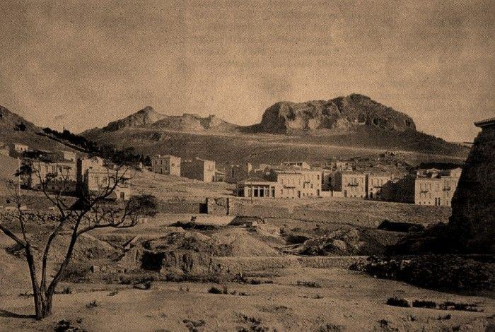 Πρόκειται για τα σημερινά Εξάρχεια, όπως ήταν το 1882! Τότε η περιοχή λεγόταν «Πιθαράδικα», επειδή εκεί υπήρχαν συγκεντρωμένα εργαστήρια, που κατασκεύαζαν πιθάρια....