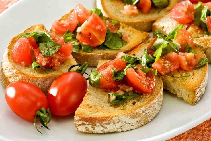 Bruschetta z pomidorkami. #pomidory #czosnek #bazylia #smacznastrona #tesco #przepisy #przepis