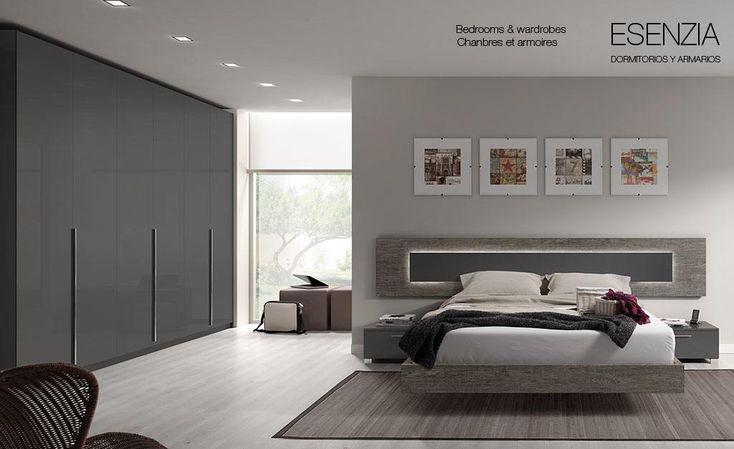 Dormitorio con cabecero moderno y amplio armario de puertas batientes