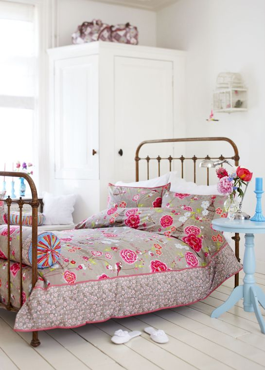 Pip Studio bedding, birdcage on wall, cute lamp + sidetable