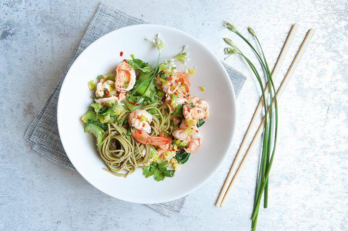Receta de camarones rizados con cebollas de cambray, jengibre, chile y fideos de té verde, y disfruta de este exquisito manjar marino.