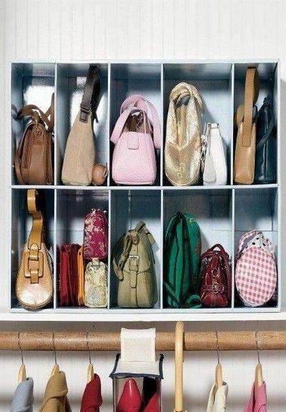 Uma peça de MDF e nichos idênticos. A ideia é perfeita para organizar bolsas. Você pode mandar fazer uma peça como esta na marcenaria do bairro. Foto: Pinterest