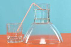 Experimente für Kinder: Unsinn, Wasser fließt doch nicht bergauf! Und wenn doch, muss irgendein Trick im Spiel sein. Probieren Sie es mit Ihrem Kind aus! Dieses Experiment lässt Wassermoleküle bergauf fließen. Sie brauchen zwei Gläser, eine Schüssel, einen Strohhalm und Leitungswasser.