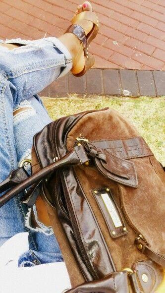 Torn jeans together with cork sandals// Handbag: Daniel Hector