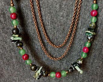 Collar hecho de reciclado botones de nácar, hilo de seda rojo, cadena y broche de acero inoxidable.  Longitud: 16 pulgadas (41cm)  Se puede usar con #535 ha