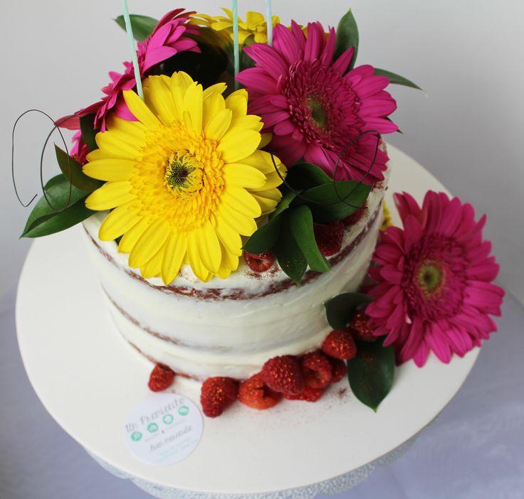 Feliz día de las madres! Con esta obra de arte celebraron muchas mamás este día: semi naked cake de red velvet coronado con flores y frutos rojos. @1premiecito