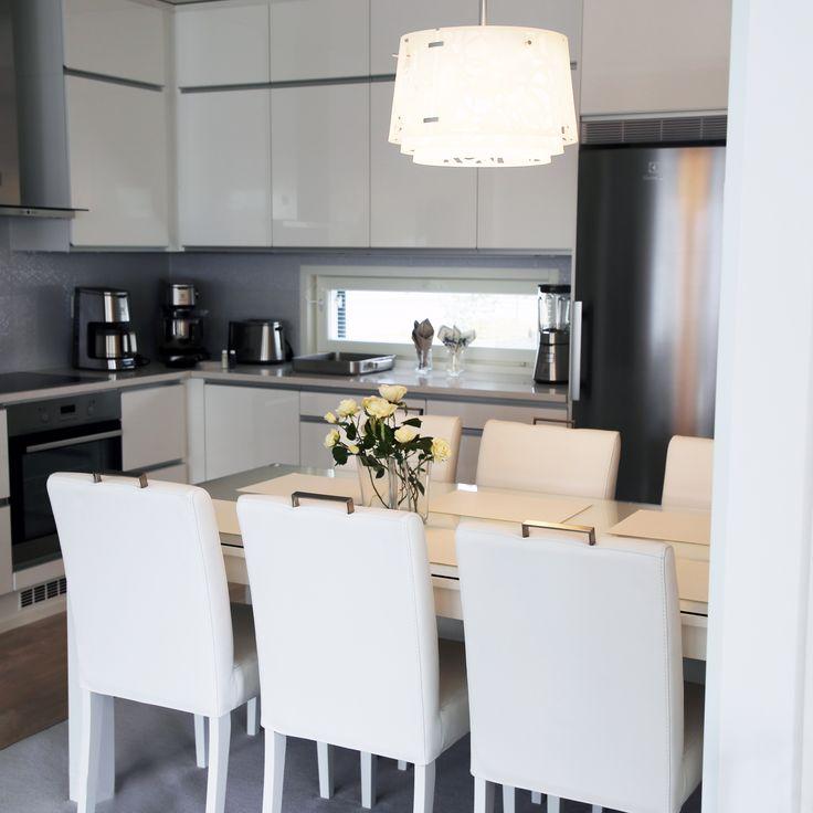 Puhtaan valkoinen ruokaryhmä valaisee keittiön ☀ Malli: Metro-ruokapöytä ja Siro-ruokatuoli Vaihtoehdot: useita väri- ja verhoiluvaihtoehtoja Jälleenmyyjä: Asko-myymälät  #pohjanmaan #pohjanmaankaluste #koti #keittiö #kitcheninspo #kitchendecor #diningchair #diningtable