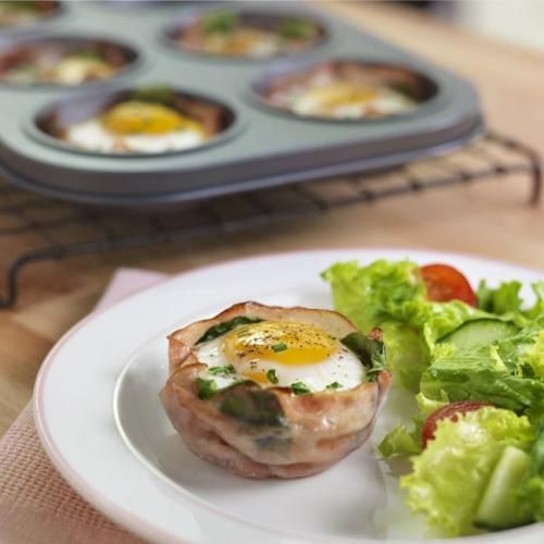 Les œufs en coupe cuits au four font de délicieuses entrées qui impressionneront assurément vos invités. Cette recette consiste en une couche d'épinards ou de chou frisé, du fromage, un œuf et de la ciboulette superposés dans une coupe de jambon, le tout cuit au four. Vos invités ne manqueront pas de réclamer une autre portion... et la recette! Les variantes sont tellement nombreuses, libre à vous de tenter de nouvelles expériences!