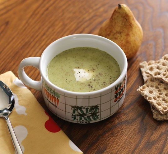 roasted broccoli cheddar soup 2 tablespoons oil, divided 1 leek, washed 1 medium waxy potato 1 bunch broccoli (about 1 1/2 pounds) 6 cups vegetable stock, chicken stock or water 1 cup grated extra-sharp cheddar cheese Salt and pepper Lemon wedge Cr