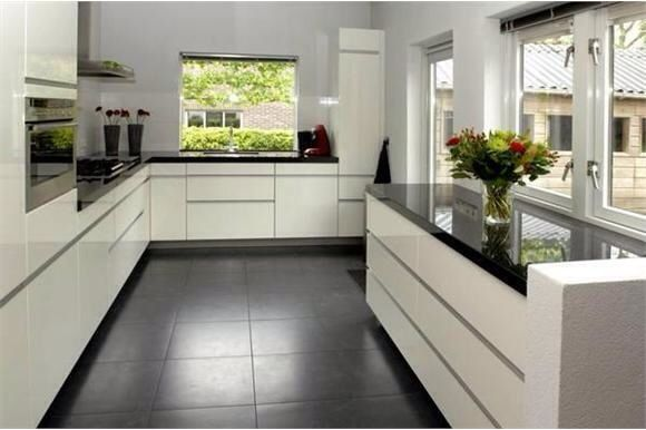 Semi greeploos hoogglans wit met zwart granieten werkblad h cker systemat av 4030 portfolio - Witte keuken voorzien van gelakt ...