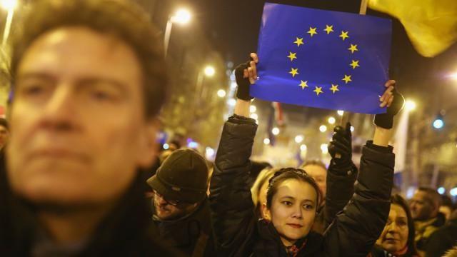 Una serie de crisis que llegaron juntas están desafiando los fundamentos de la UE como nunca antes. Conjuramos a los padres fundadores de la unión para calibrar los peligros que ésta enfrenta.