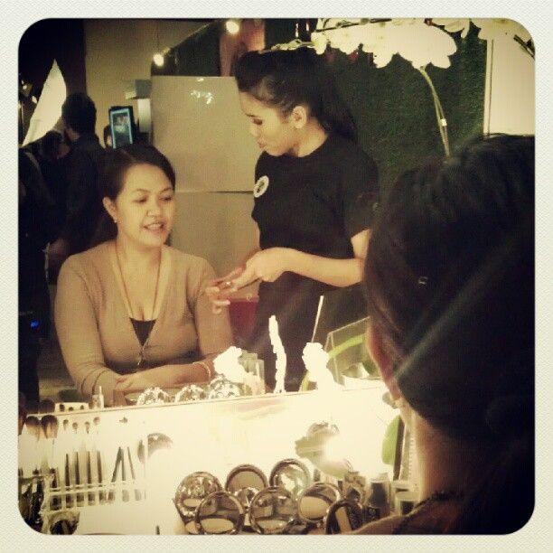 """Konsultasi make-up gratis di event Journey to #BeautyWithHeart kami! :D"""