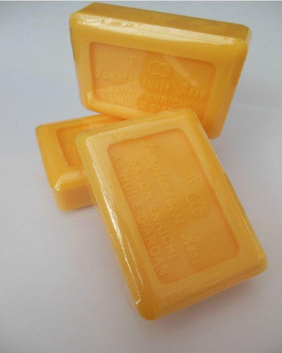 L' huile d' argan est riche en acides gras essentiels, oméga 6 et en vitamine E, antioxydants qui préviennent le dessèchement de la peau. Cette huile a donc un pouvoir réparateur exceptionnel car elle contribue à la régénérescence des tissus dermiques. Son action hydratante est sa principale qualité. http://www.saniplante.fr/lang/442-savon-pamplemousse-rose-a-l-huile-d-argan-100g.html