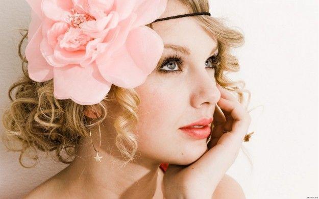 Una tendenza romantica e originale che regala alle chiome un intreccio magico e speciale di fiori. Vi piace?