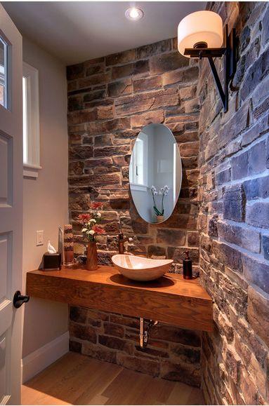 Lavabo com tijolos aparentes e suporte da cuba em madeira