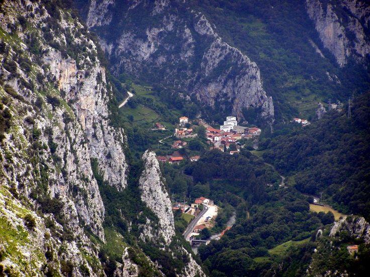 Bolera de los Moros - Peñarrubia - Vista del desfiladero de La Hermida y del pueblo de La Hermida, Cantabria, Spain