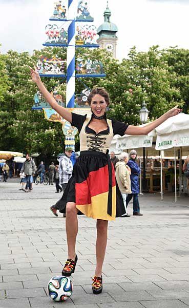 バイエルン地方の伝統衣装ディルンドル姿のモデルのマリア・イミスコスさん。足元にはサッカーW杯ブラジル大会の公式球「ブラズーカ」がある。ファッションイベントでの一こまだ(ドイツ南部ミュンヘン)(2014年05月15日) 【AFP=時事】 ▼15May2014時事通信|ワールドカップ美女サポーター 写真特集 http://www.jiji.com/jc/wcup2014?d=d4_ftbnnp=wbs214-jpp017181137s=photolist #Brazil2014 #Maria_Imizcoz #Munich #Dirndl