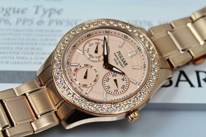 Pulsar voor dames - Rose goud en Swarovski crystal watch - ongedragen  Pulsar dames hoge kwaliteit horlogeOver dit merk. Pulsar hebben een lange geschiedenis van productie van hoge kwaliteit stijlvolle & elegante horloges opgebouwd in de afgelopen 40 jaar. Pulsar zijn onderdeel van de Seiko corporation. Elke beweging is gemaakt volgens de hoogste normen van Seiko Watch Corporation fabrieken en wordt geleverd met een garantie van twee jaar.de kenmerken van dit horloge zijnRose goud roestvrij…