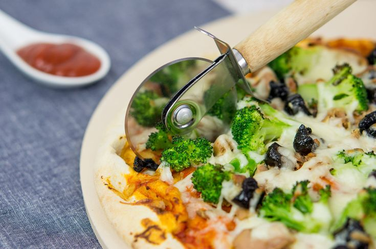 Tuna pizza - recipe - Daily Gourmet. Homemade pizza with broccoli, black dried olives, tomato sauce and mozzarella cheese on thin and crusty italian base.