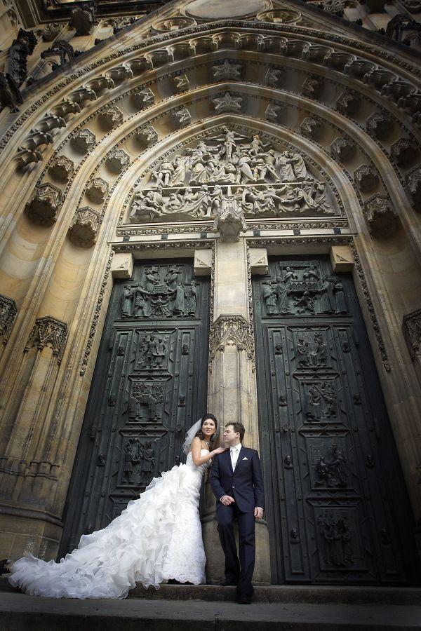 Prague_wedding_photographer - Winter_weddng_photoshoot_Prague