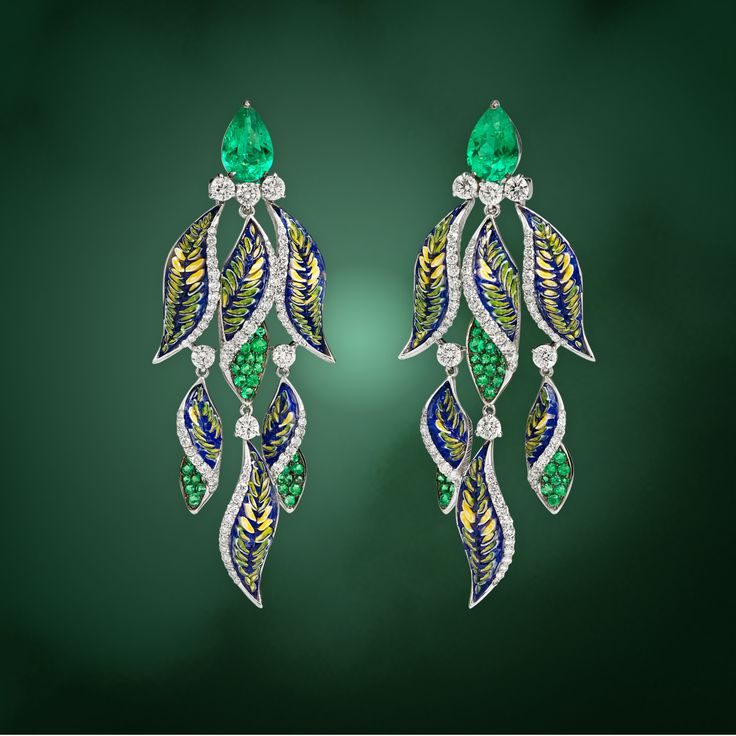 The bright colors of leaves exquisitely reproduced by our iconic micromosaic and diamonds: discover our Fern earrings.