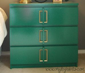 I love this color! Who wouldn't want to wake up to this every day? Ikea Hack - Emerald Green Bedside Table Upgrade -Momo