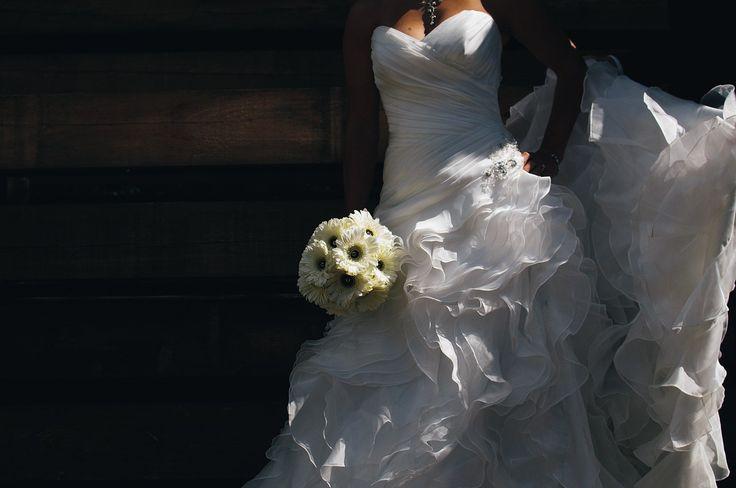 Suknie ślubne dla księżniczek – princessy - Wyróżnić można wiele różnych fasonów sukien ślubnych. Wybór zależy od przyszłej Panny Młodej. Moda ślubna nie dyktuje żadnych sztywnych reguł. Jednak princessy już od dawna cieszą się bardzo dużą popularnością. Poszczególne modele dość mocno różnią się między sobą. Poniżej kilka ciekawych propozy... - http://www.letswedding.pl/suknie-slubne-dla-ksiezniczek-princessy/