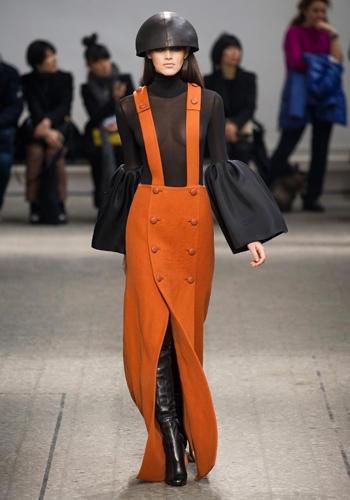 Milan Fashion Week autunno-inverno 2013-2014: le tendenze da non perdere per l'anno prossimo! La salopette di Mila Schön    In lana cotta arancione con le bretelle, l'elmetto e i cuissardes.
