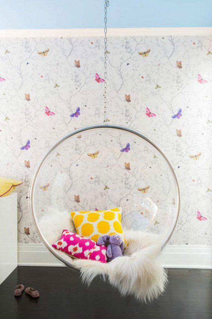 un fauteuil suspendu moderne et cosy, papier peint à motif papillons, une jolie chambre ado fille