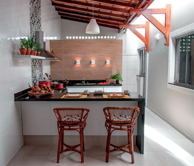 Desenhada em formato de U, a bancada com tampo de granito são gabriel inclui pia, armários, lixeira embutida e amplo espaço para o trabalho dos cozinheiros. Granito: Marmoflex, R$ 2800. Projeto de Neto Porpino.