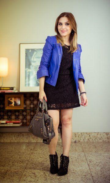 Já tenho vestido e sapatos parecidos. Só falta a jaqueta de couro azul e a bolsa.